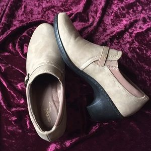 Easy Street size 9 taupe heeled loafers